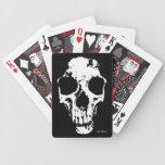 Cráneo hecho fragmentos barajas de cartas