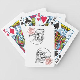 Cráneo humano con el dibujo lineal del rosa rojo cartas de juego