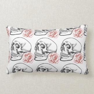 Cráneo humano con el dibujo lineal del rosa rojo cojin