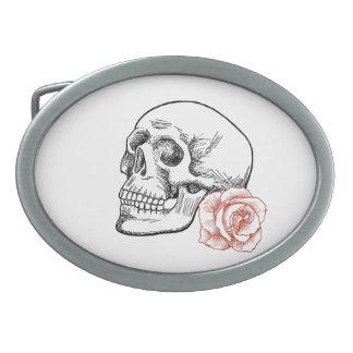 Cráneo humano con el dibujo lineal del rosa rojo hebilla de cinturón