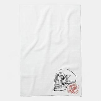 Cráneo humano con el dibujo lineal del rosa rojo toalla