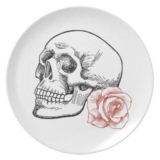 Cráneo humano con el dibujo lineal del rosa rojo platos