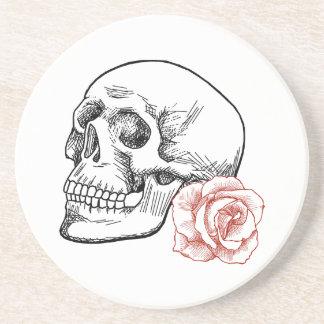 Cráneo humano con el dibujo lineal del rosa rojo posavasos diseño