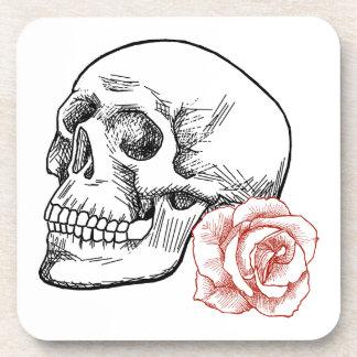 Cráneo humano con el dibujo lineal del rosa rojo posavaso