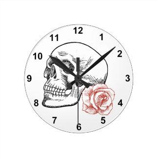 Cráneo humano con el dibujo lineal del rosa rojo relojes