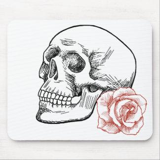 Cráneo humano con el dibujo lineal del rosa rojo tapetes de ratón