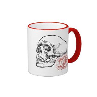 Cráneo humano con el dibujo lineal del rosa rojo taza