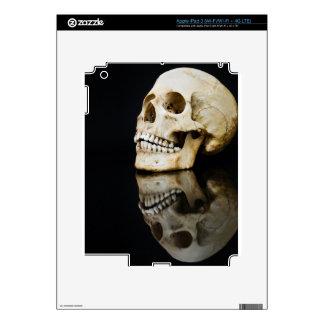 Cráneo humano con la imagen de espejo aislada en iPad 3 pegatinas skins