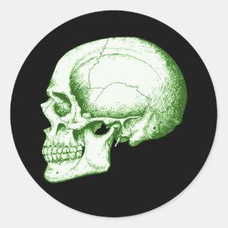 Cráneo humano verde pegatina redonda