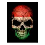 Cráneo húngaro de la bandera en negro postales