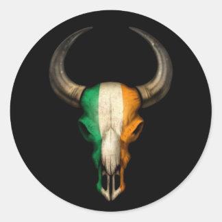 Cráneo irlandés de Bull de la bandera en negro Pegatina Redonda
