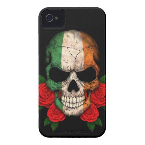 Cráneo irlandés de la bandera con los rosas rojos iPhone 4 Case-Mate carcasas
