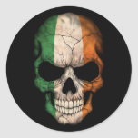 Cráneo irlandés de la bandera en negro etiquetas redondas