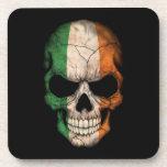 Cráneo irlandés de la bandera en negro posavaso