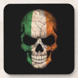 Cráneo irlandés de la bandera en negro posavasos de bebida