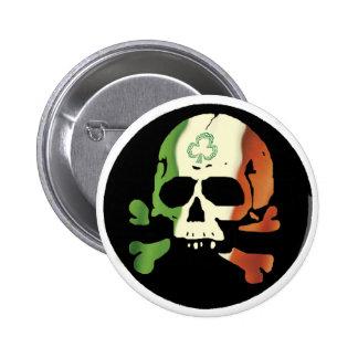 Cráneo irlandés de la bandera pin redondo de 2 pulgadas
