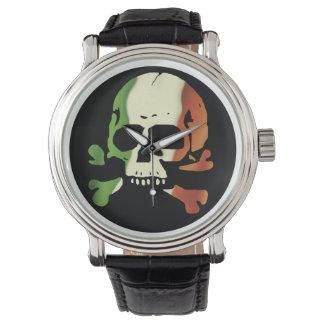 Cráneo irlandés de la bandera relojes de pulsera