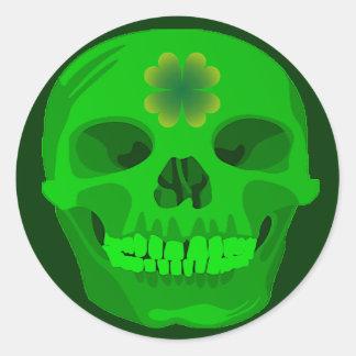 Cráneo irlandés del trébol del día de St Patrick Pegatina Redonda