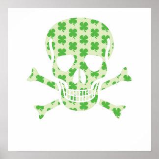 Cráneo irlandés y bandera pirata del pirata posters