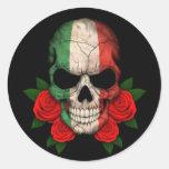 Cráneo italiano de la bandera con los rosas rojos pegatina redonda