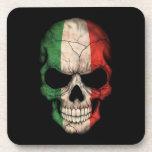 Cráneo italiano de la bandera en negro posavasos de bebidas