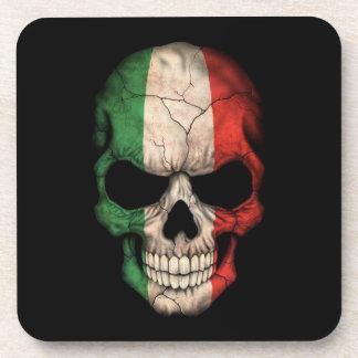 Cráneo italiano de la bandera en negro posavasos de bebida