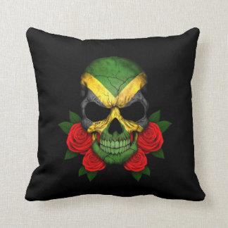 Cráneo jamaicano de la bandera con los rosas rojos almohada