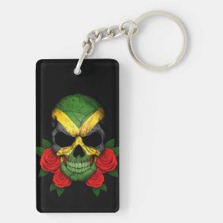 Cráneo jamaicano de la bandera con los rosas rojos llavero rectangular acrílico a doble cara