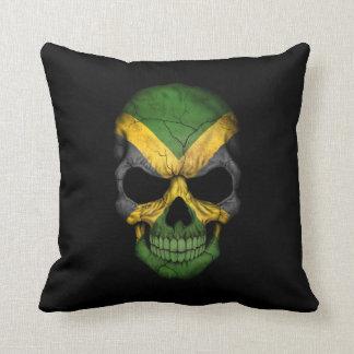Cráneo jamaicano de la bandera en negro almohada