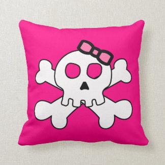 Cráneo lindo con la cinta rosada almohadas