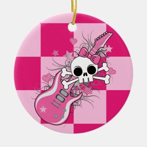 Cráneo lindo con la guitarra rosada adorno navideño redondo de cerámica