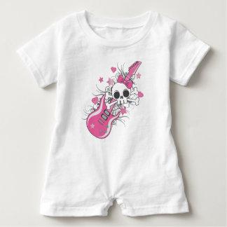 Cráneo lindo con la guitarra rosada mameluco de bebé