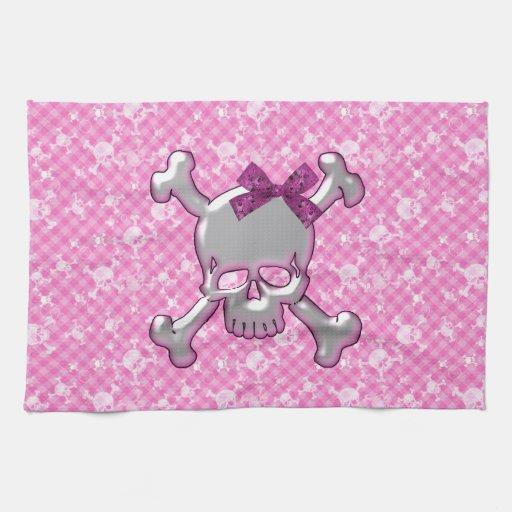 Cráneo lindo con la toalla de cocina del rosa de l