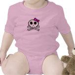 Cráneo lindo y bandera pirata con el arco rosado trajes de bebé