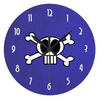 Cráneo lindo y bandera pirata con los ojos morados reloj redondo grande