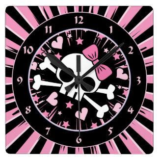 Cráneo lindo y bandera pirata reloj cuadrado