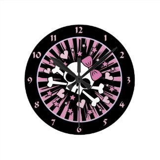 Cráneo lindo y bandera pirata reloj redondo mediano