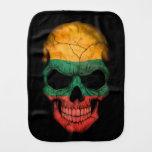 Cráneo lituano de la bandera en negro paños para bebé