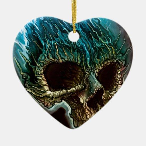 Cráneo llameante adorno navideño de cerámica en forma de corazón