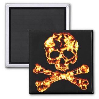 Cráneo llameante ardiente y bandera pirata imán de frigorifico