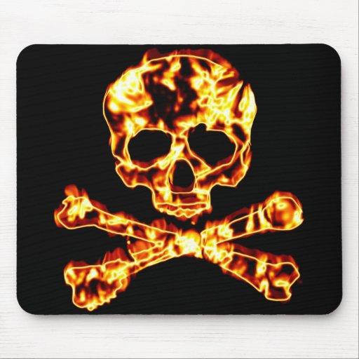 Cráneo llameante ardiente y bandera pirata alfombrilla de ratones