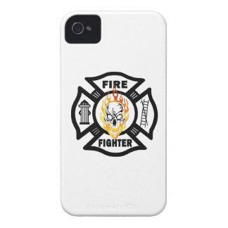 Cráneo llameante del bombero iPhone 4 Case-Mate coberturas