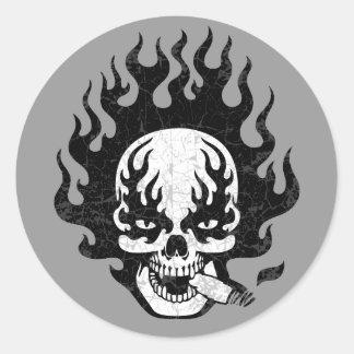 Cráneo llameante del cigarro - bw etiqueta redonda