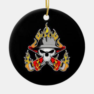 Cráneo llameante del matón adorno navideño redondo de cerámica