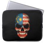 Cráneo malasio de la bandera en negro mangas portátiles