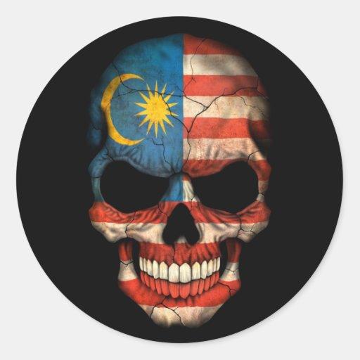 Cráneo malasio de la bandera en negro etiqueta redonda