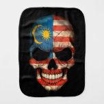 Cráneo malasio de la bandera en negro paños para bebé