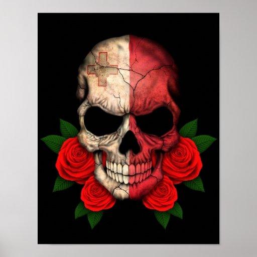 Cráneo maltés de la bandera con los rosas rojos poster