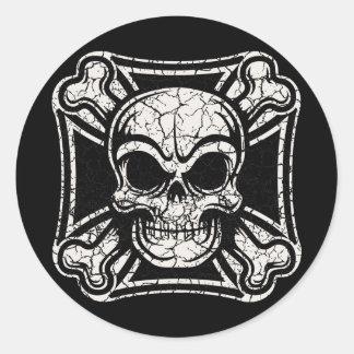 Cráneo maltés y bandera pirata pegatina redonda