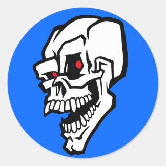 Cráneo malvado blanco con los ojos rojos